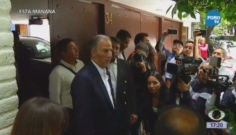 Meade se reúne con su equipo de campaña