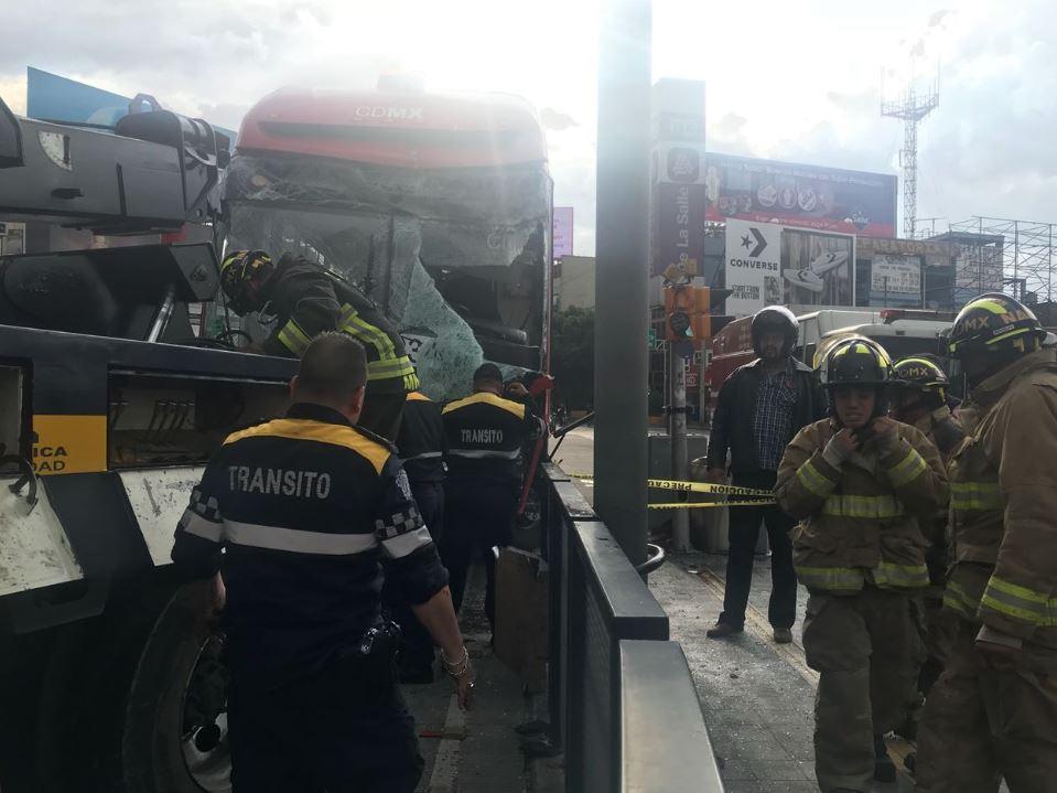 Suman 22 lesionados choque Metrobús estación La Salle