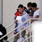 EU reúne a 57 niños menores migrantes con sus padres