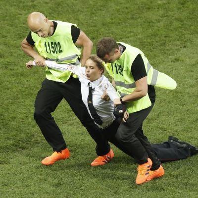 Integrante de 'Pussy Riot' invade cancha e interrumpe la final del Mundial