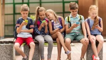 Francia prohíbe uso de celulares en las escuelas primaria