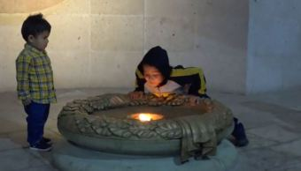 niño apaga soplidos fuego simbolico libertad alhondiga granaditas