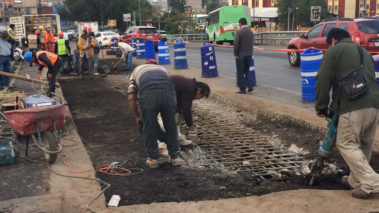 Obras colapsan tránsito en Periférico Oriente, Iztapalapa