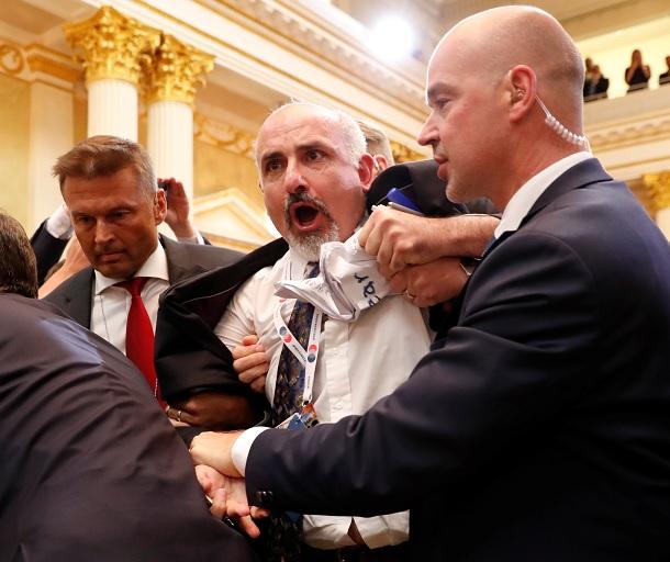 Sacan a periodista por letrero conferencia Trump-Putin