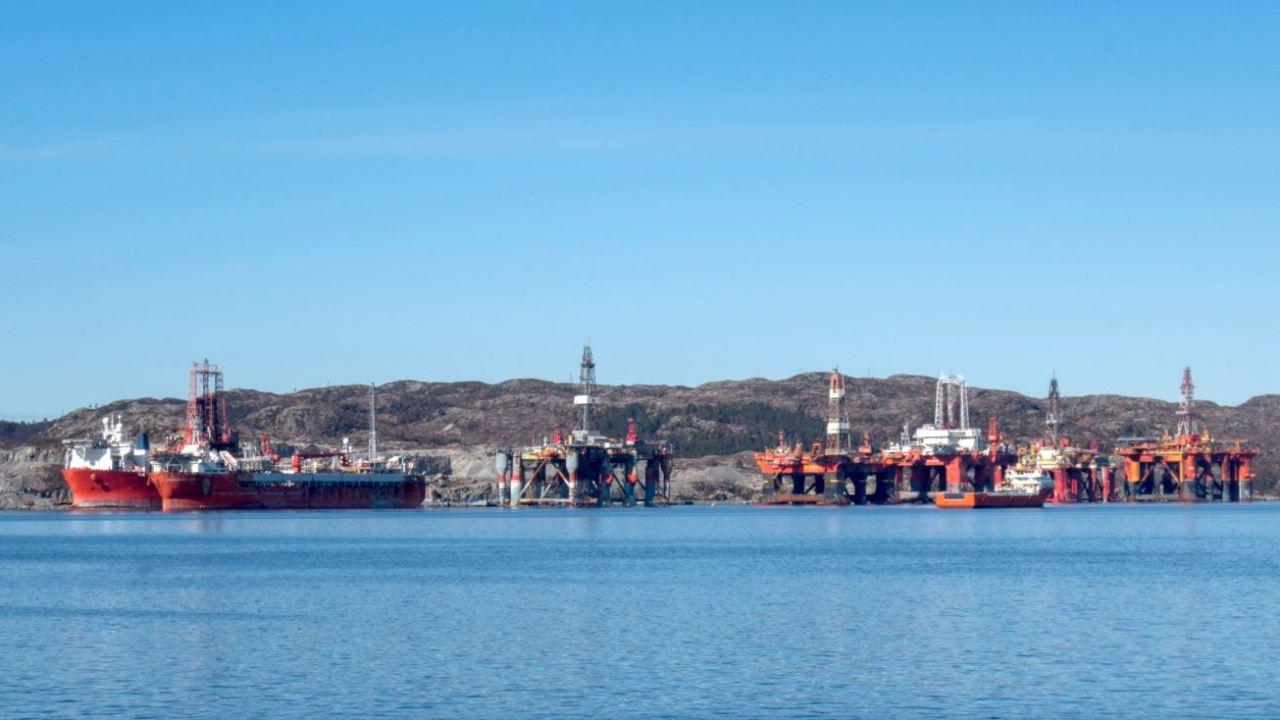 Petróleo Brent cae ante preocupación por comercio global