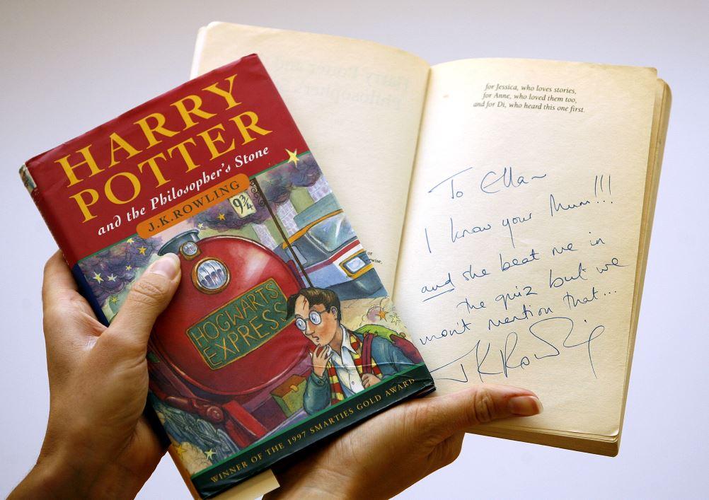 Publicada en inglés entre 1997 y 2007, la saga de Harry Potter está formada por siete novelas