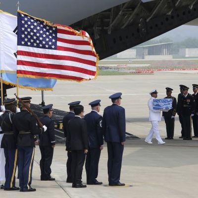 Avión de EU regresa de Corea del Norte con restos de soldados caídos