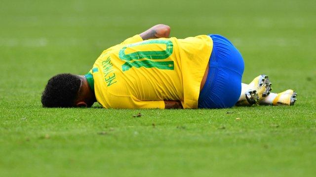 Rivaldo defiende Neymar si tienes que caer faltas cae