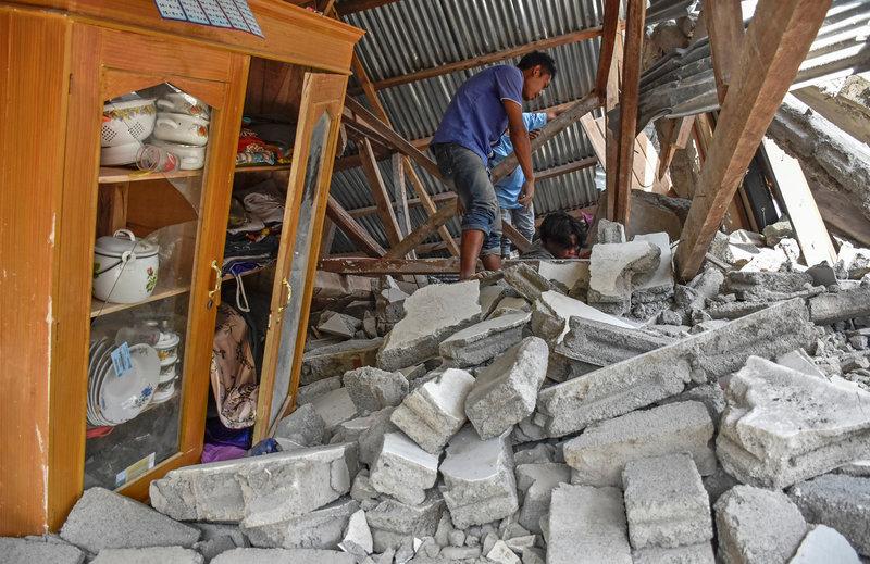 suman 16 muertos y 355 heridos sismo indonesia