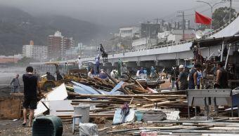 Tifón Jongdari toca tierra en Japón y deja sin luz viviendas
