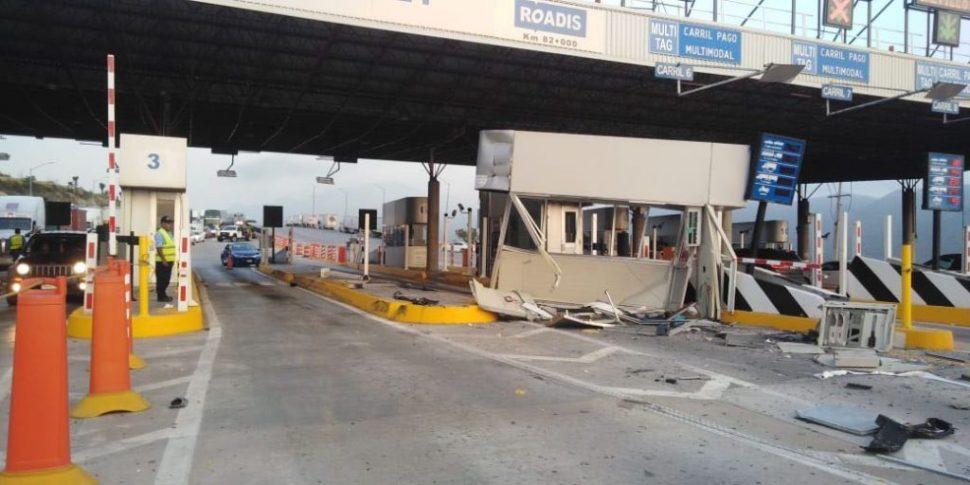 Tráiler sin frenos, derriba caseta y se incendia en Monterrey