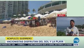 Turistas disfrutan del sol y la playa en Acapulco