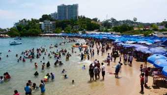 Turistas en Acapulco durante temporada vacacional