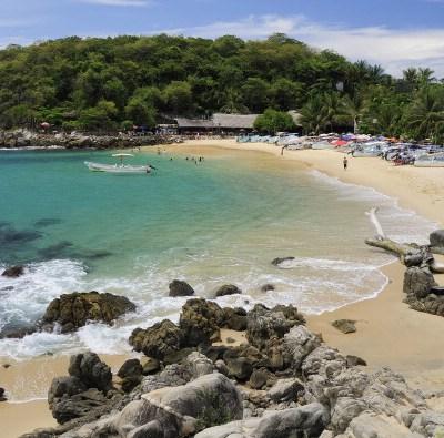 Turistas disfrutan sus vacaciones en playas de Puerto Escondido, Oaxaca