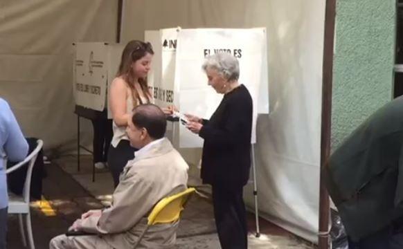 Elena Poniatowska vota en la colonia Chimalistac, CDMX