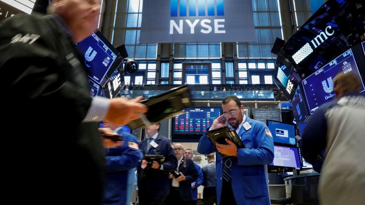Wall Street abre a la baja, arrastra a sector industrial