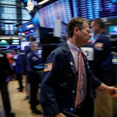 Wall Street abre mixto, con impulso industrial y financiero