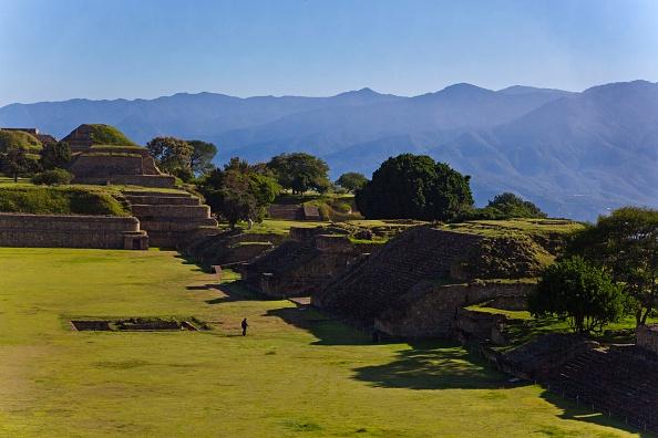 miles turistas visitan zona arqueologica monte alban oaxaca