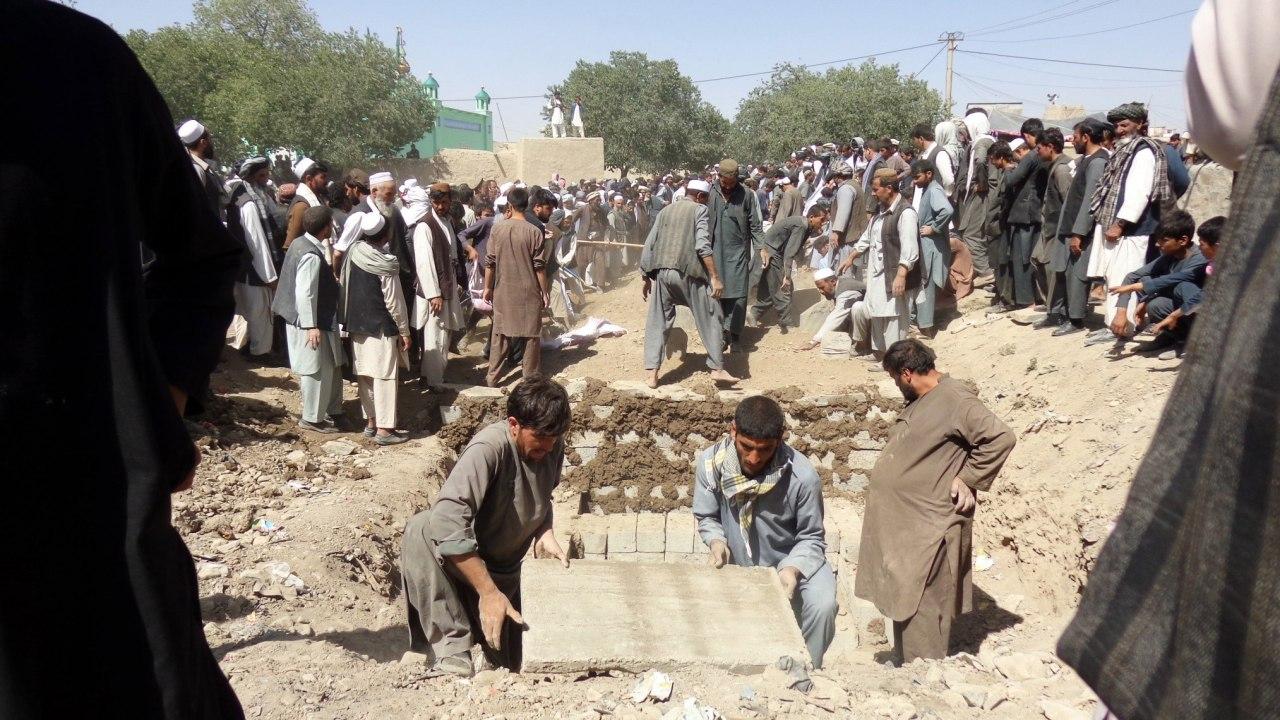 Entierran en Afganistán a muertos del ataque a Mezquita Chií
