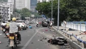 Hombre arrolla a motociclistas y apuñala a peatones en China