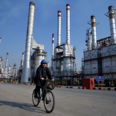 Aumentan precios del petróleo, presionan sanciones a Irán