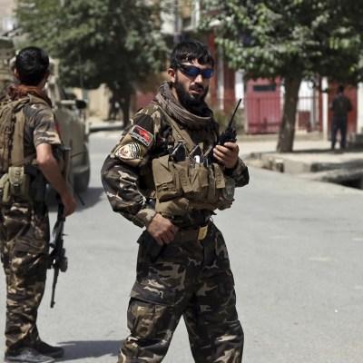 Talibanes liberan a decenas de rehenes tras secuestro masivo en Afganistán