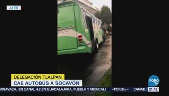 Cae autobús a un socavón en la delegación Tlalpan