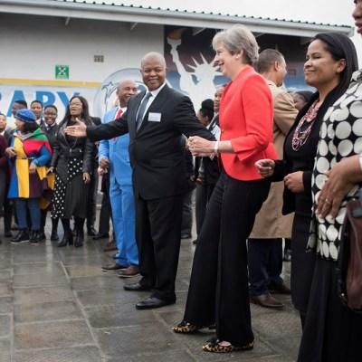 Theresa May baila con alumnos de una escuela en Sudáfrica