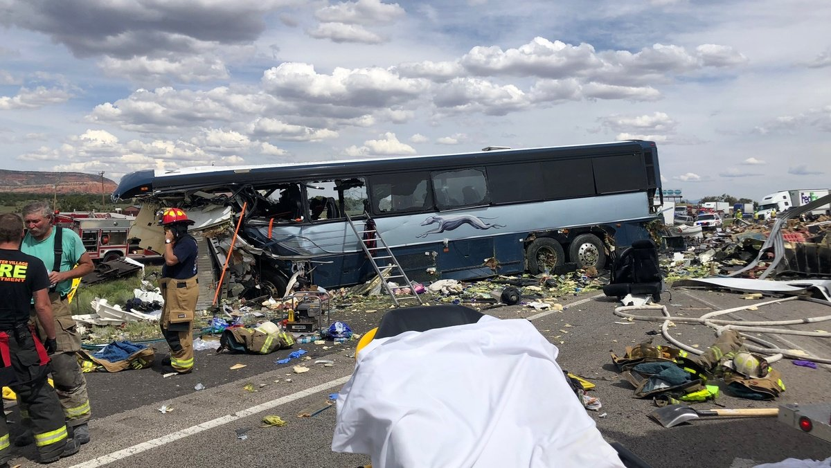Choque de tráiler y bus deja cuatro muertos en Nuevo México