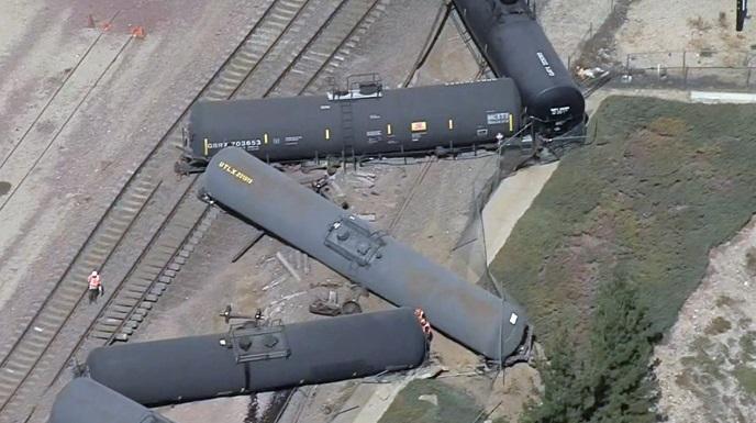 Tren cisterna descarrila en San Bernardino, California