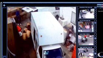 Desnudan a hombres para asaltar bodega en la CDMX