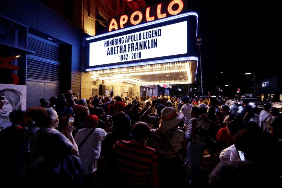 El teatro Apollo, en Nueva York, rinde homenaje a Aretha Franklin. (AP)