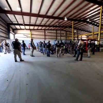 Arrestan a 160 indocumentados en fábrica de remolques en Texas