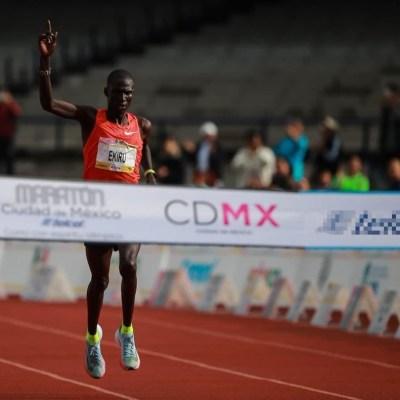 El keniano Titus Ekiru rompe récord en el Maratón de la CDMX