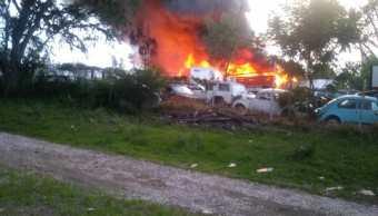Incendio en corralón de Yecapixtla consume cientos de autos