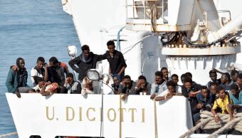 Italia permite atracar a barco con inmigrantes
