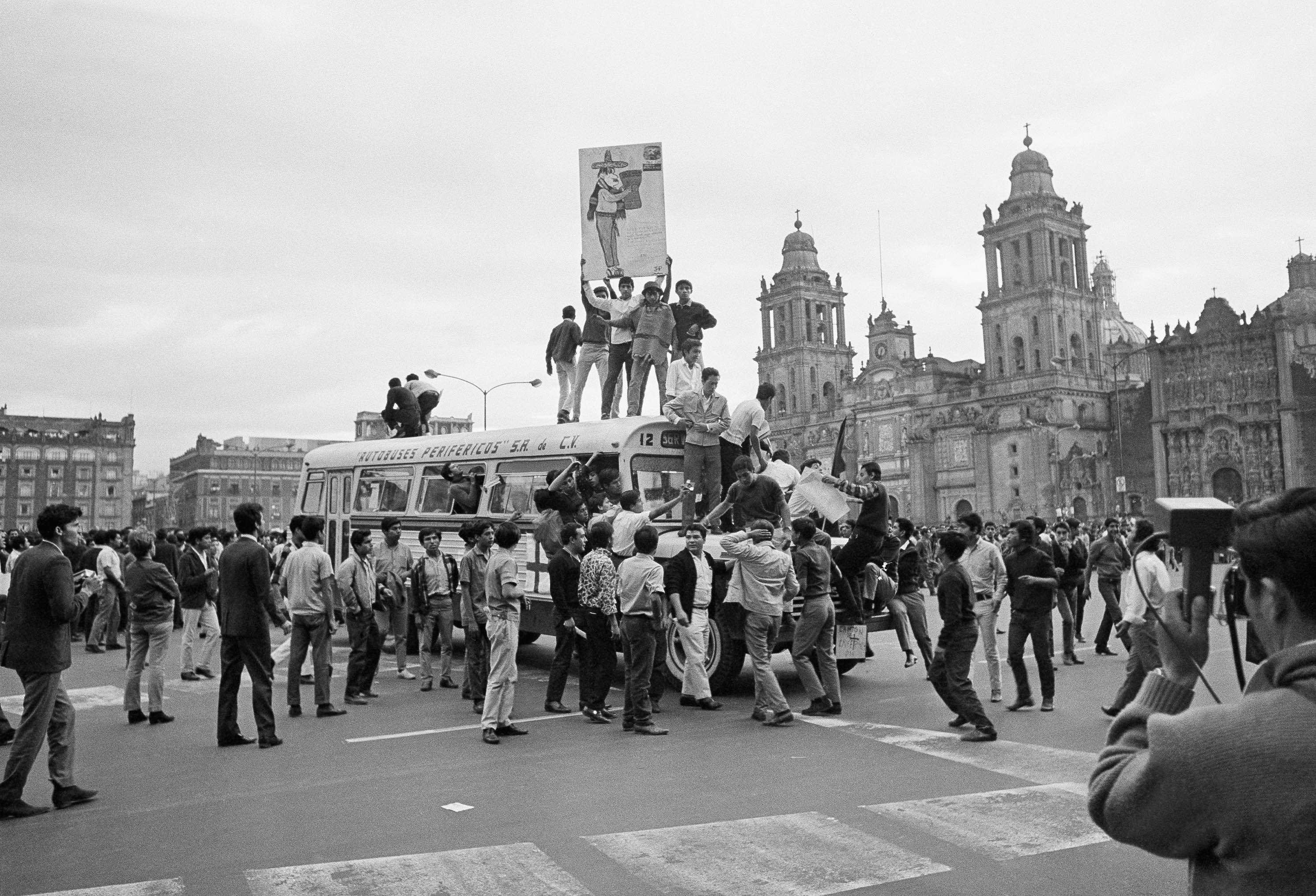 jovenes-estudiantes-protestas-zocalo-1968-mexico-68