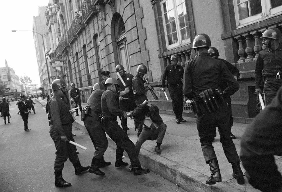 jovenes-preparatoria-1968-mexico-68-estudiantes-policia
