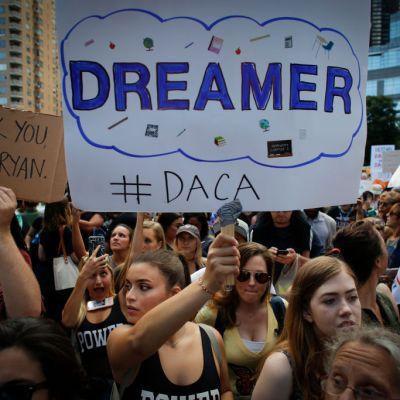 Juez ordena a Trump reactivar el programa DACA