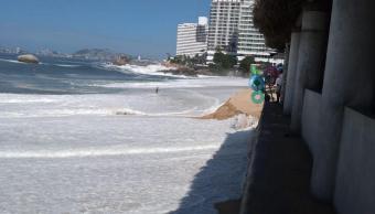 Mar de fondo en Acapulco; abren puertos a la navegación