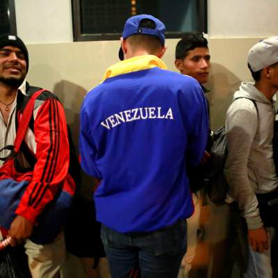Migrantes venezolanos regresan de Perú en avión enviado por Maduro