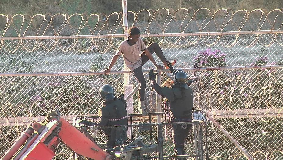 Más de 100 inmigrantes saltan la valla fronteriza de Ceuta