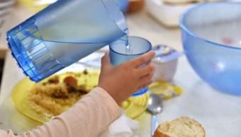Niños bebe agua potable tienen mejor rendimiento escolar
