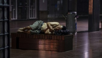 Ola de calor en Shanghái provoca que gente duerma en calle