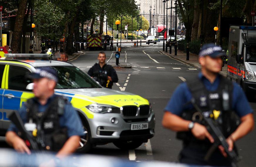Policías resguardan las inmediaciones del Parlamento Británico, tras el incidente de hoy. (Reuters)