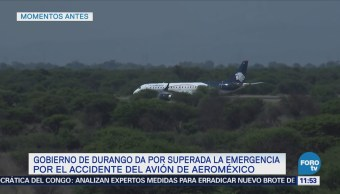 Peritos trabajan en la zona donde se accidentó el avión de Aeroméxico