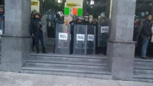 Policías resguardan el palacio municipal de Tultepec
