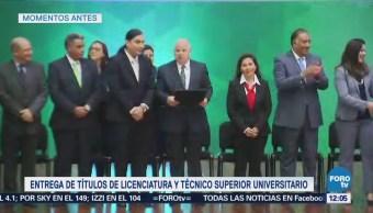 Rodolfo Tuirán entrega títulos de licenciatura