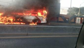 Se incendia autobús frente a colegio en Nuevo Léon