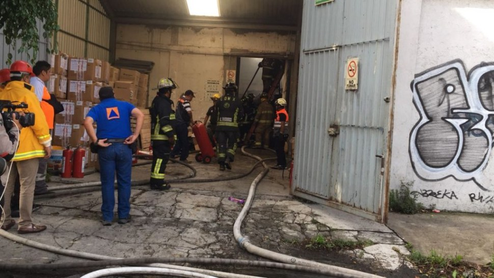 Se incendia fábrica de zapatos en avenida Tláhuac; no hay lesionados